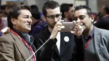 Un operario de la compañia china de teléfonos móviles ZTE muestra las características