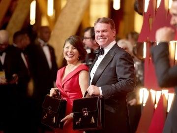 Martha Ruiz y Brian Cullinan, encargados de custodiar los sobres de los Oscars