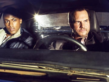 Justin Cornwell y Bill Paxton en la serie 'Training Day'