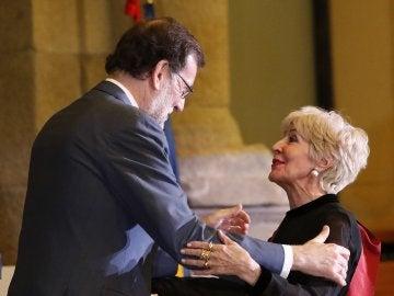 Mariano Rajoy le entrega la Gran Cruz de Alfonso X el Sabio a Concha Velasco