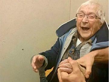 Annie, la anciana que cumple su sueño de ser arrestada