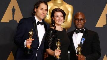 Jeremy Kleiner, Adele Romanski, y el director Barry Jenkins, sostienen el Óscar a Mejor Película por 'Moonlight'