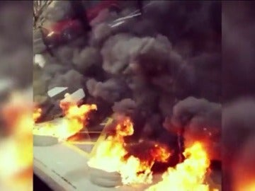 Frame 26.737777 de: Cortes de tráfico en varias calles de Barcelona por la quema de contenedores y neumáticos