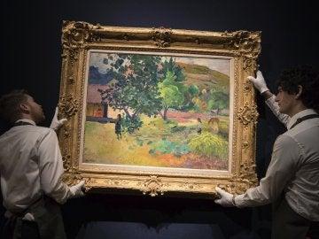 Dos empleados muestran la obra 'Te Fare' (1892)