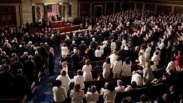Mujeres demócratas se visten de blanco para el primer discurso de Trump en el Congreso