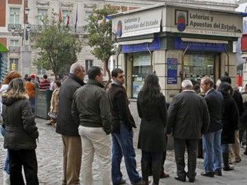 Colas en una administración de lotería de Madrid