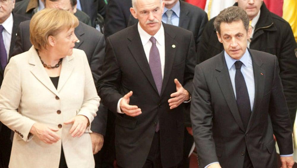 Merkel y Sarkozy con Papandreu