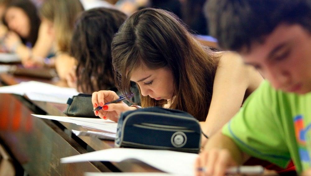 Alumnos en un examen de Selectividad