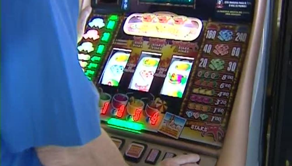 Una personas juega a una máquina tragaperras.