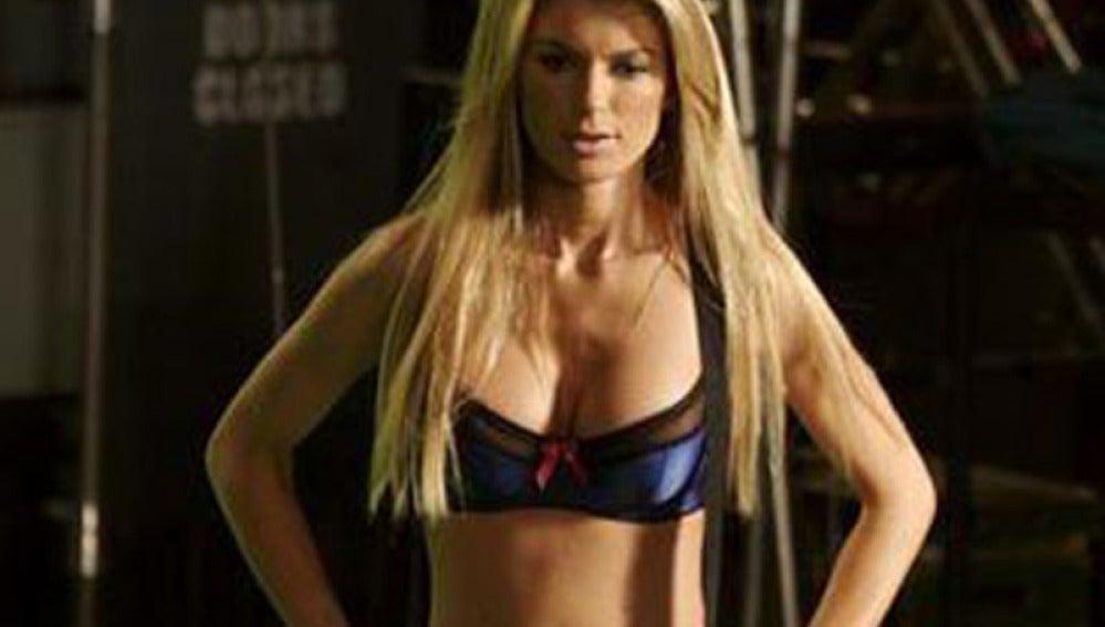 Marisa Miller en el anuncio de Guitar Hero