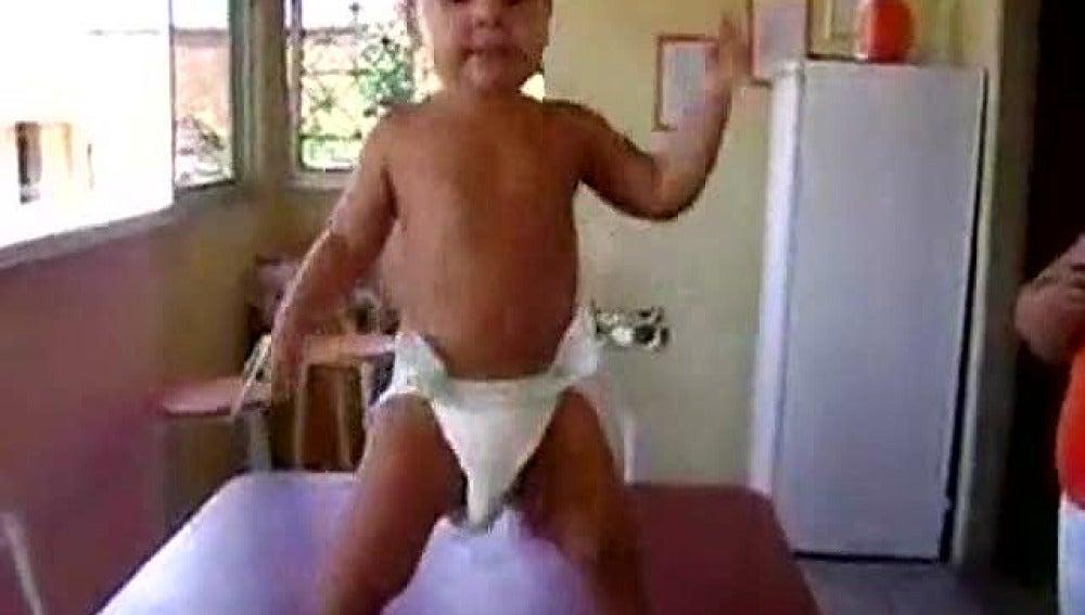 Bailando samba con dos años