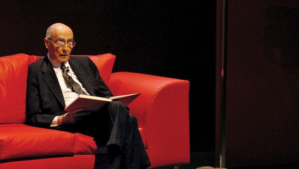 Saramago leyendo una de sus obras