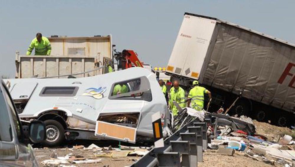 Choque entre una autocaravana y un camión en la A-62