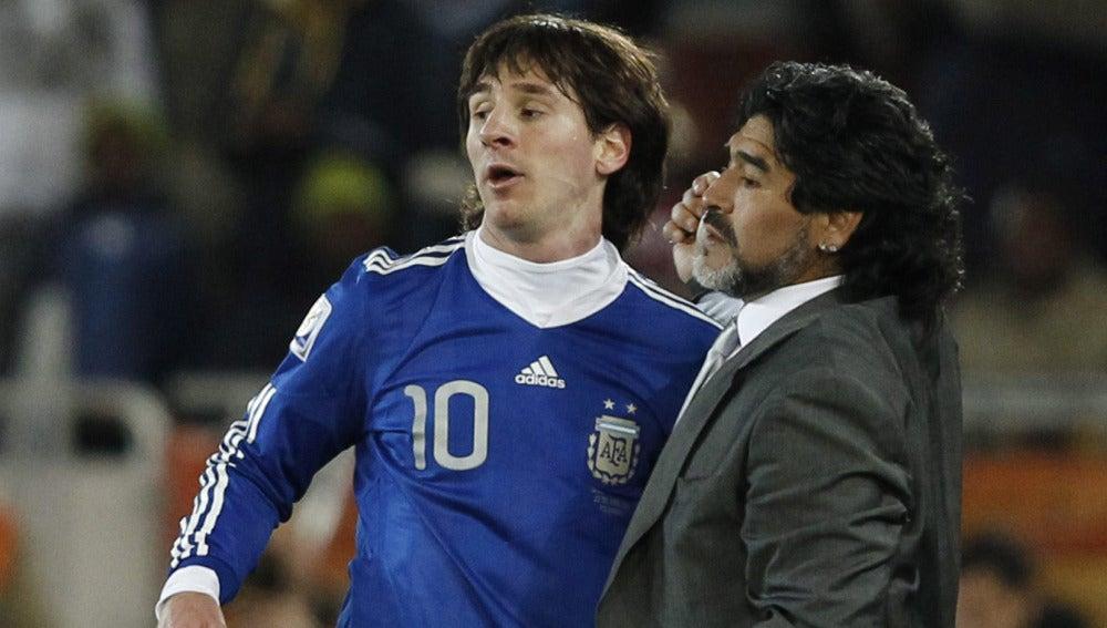 Maradona da instrucciones a Messi, en el partido contra Grecia.