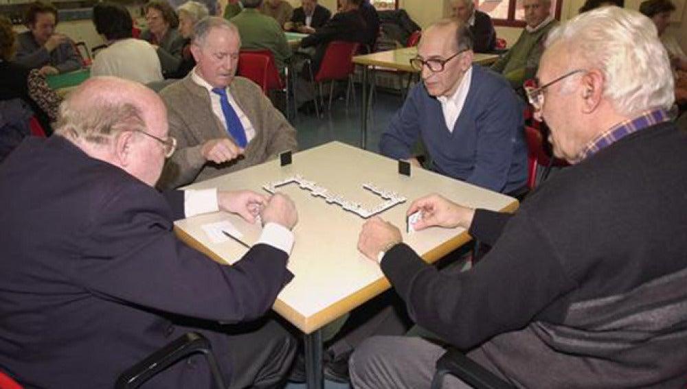 Un grupo de jubilados jugando al dominó