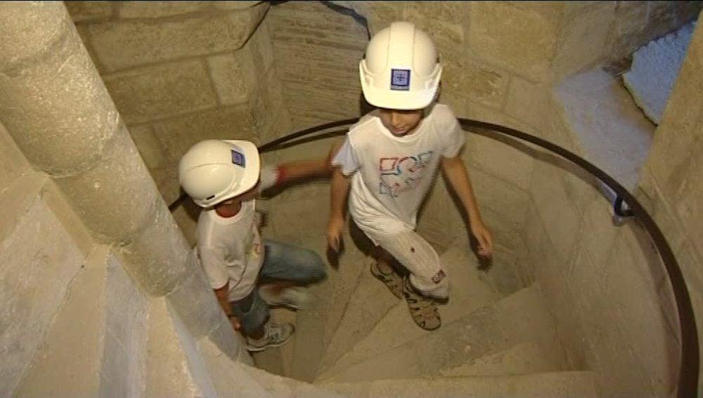 Los niños cambian la playa por la cultura medieval