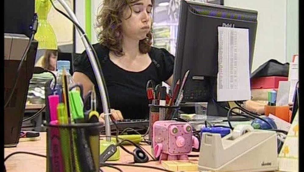 Una trabajadora agobiada en la oficina