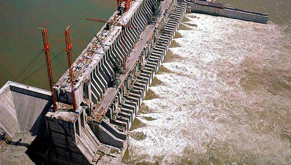 la presa de las Tres Gargantas expulsando agua