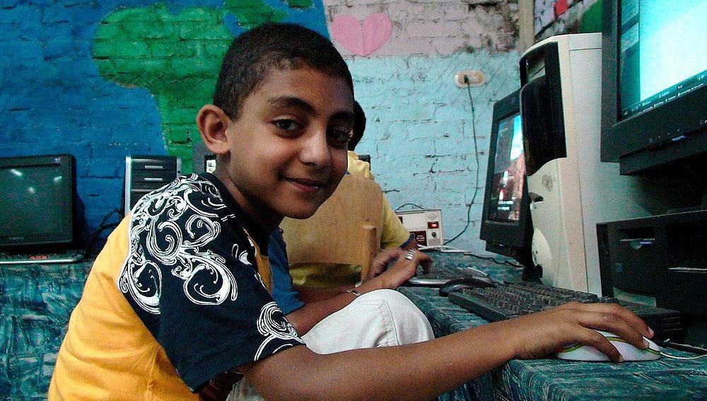 Un niño en la escuela se conecta a Internet