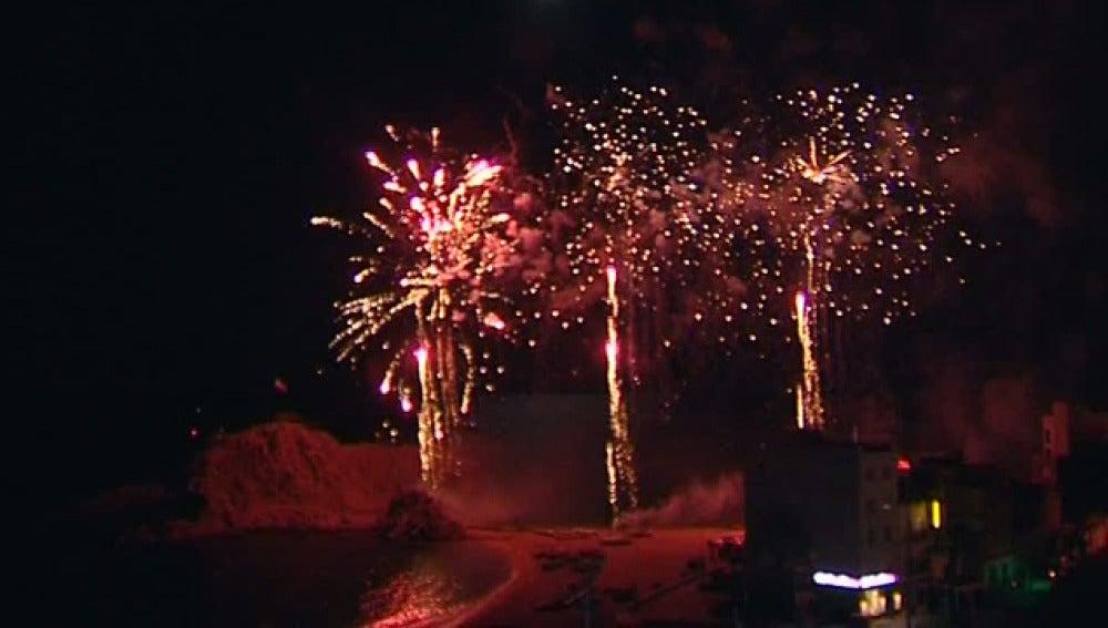 El cielo de Blanes, lleno del luz y color gracias a un concurso de fuegos artificiales