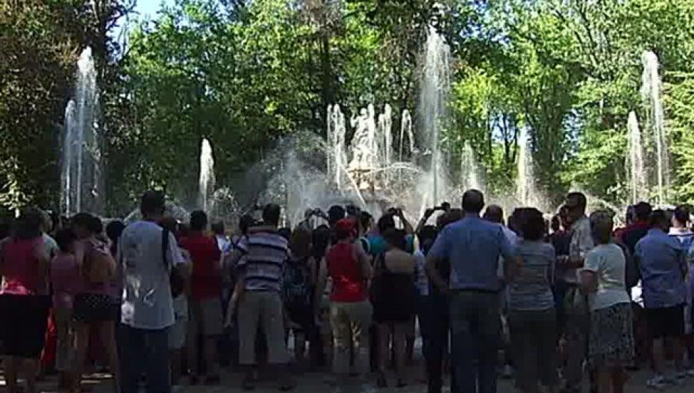 Personas alrededor de la fuente