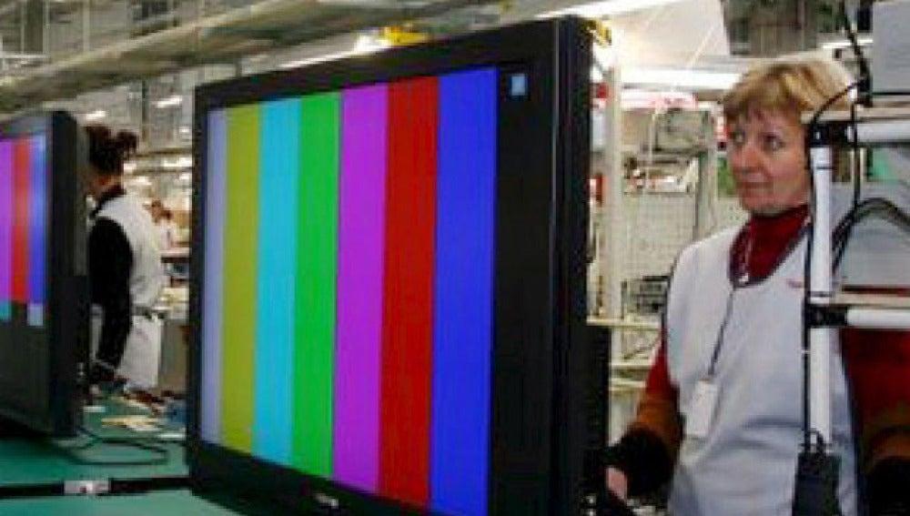 Trabajadora de Toshiba en una fábrica