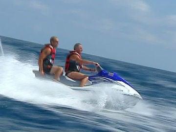 Dos personas sobre una  moto acuática