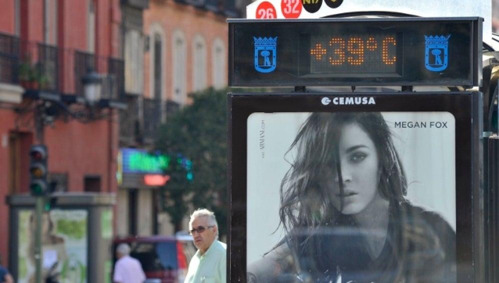Termómetro en una parada de autobús