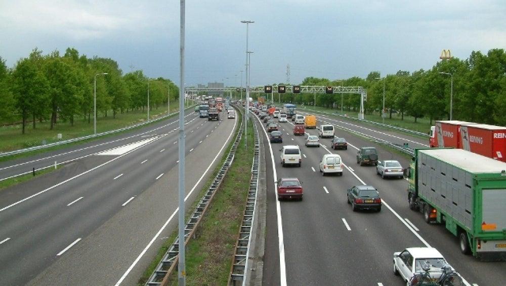 Camiones y coches en la carretera