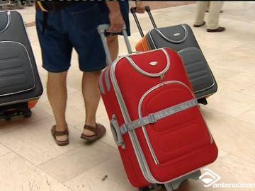 Ajetreo, mucho ajetreo hoy en los aeropuertos y puertos de las islas.