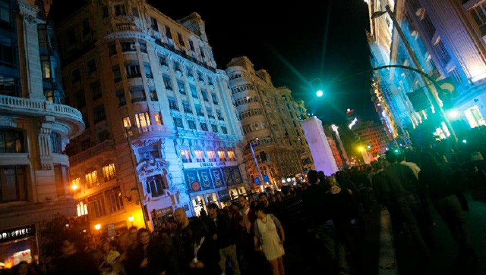 Miles de jóvenes disfrutan de la noche madrileña