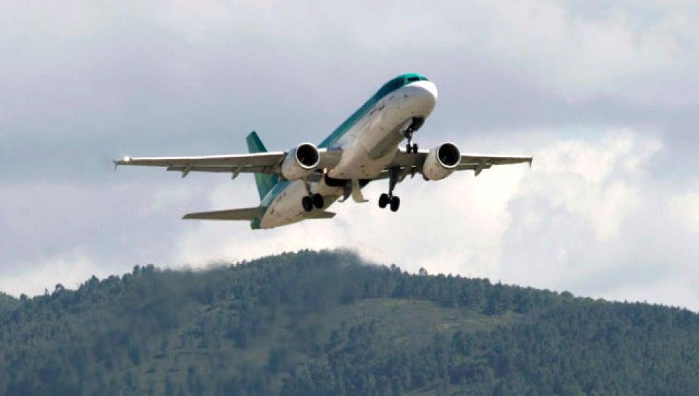 Un avión despega en el aeropuerto de Bilbao