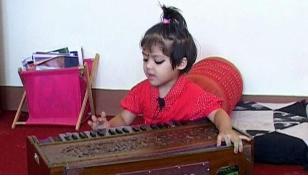 La niña cantante más pequeña del mundo es nepalí