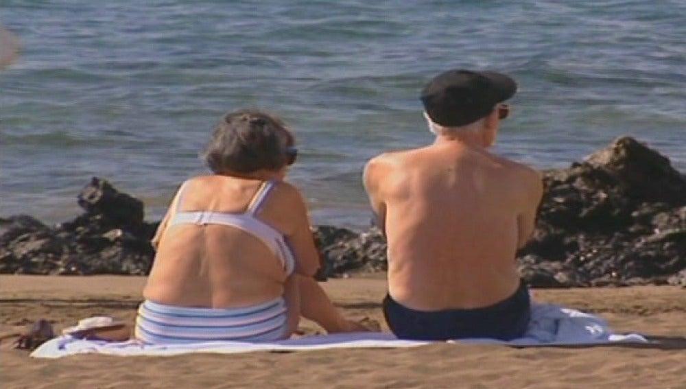 Una pareja de ancianos toma el sol