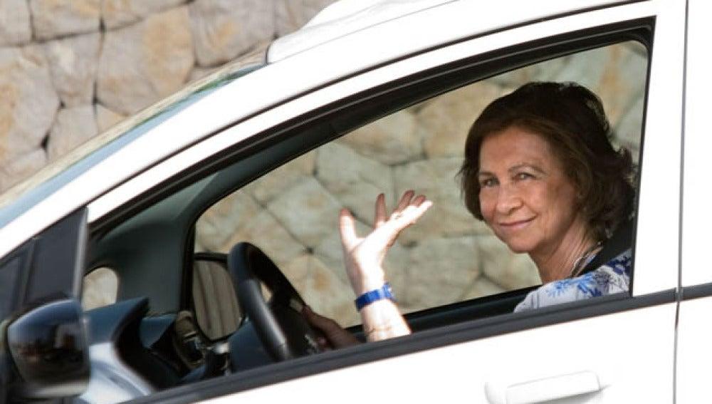 La Reina en su nuevo coche ecológico