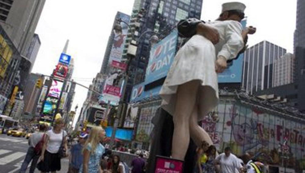 Estatua de 'El Beso' en Times Square