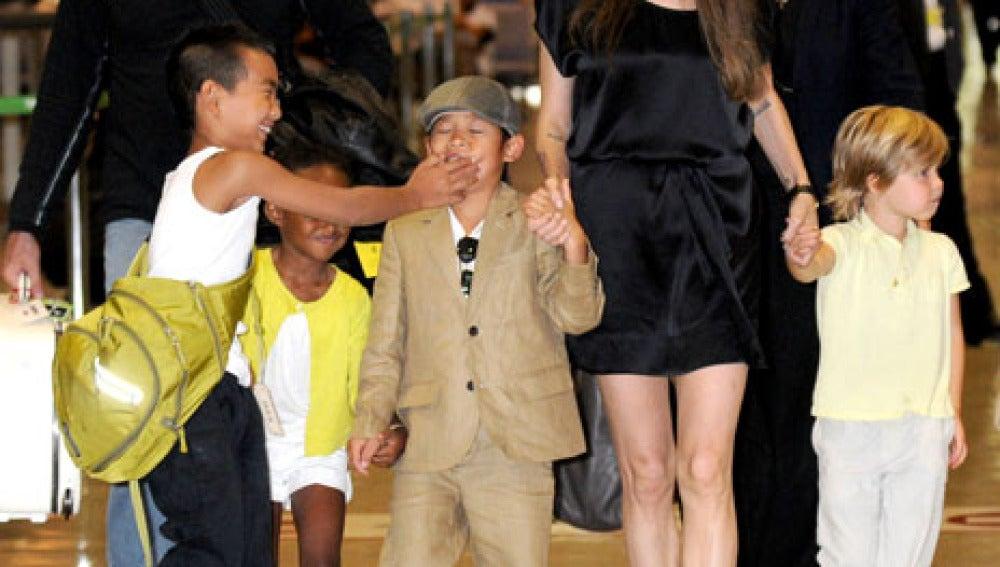 Maddox, Pax, Zahara y Shiloh con Angelina Jolie.