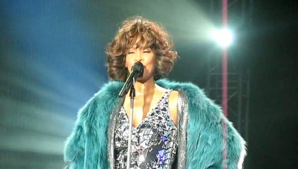 """Alexis Houston, la nueva competencia de su """"hermana"""" Whitney Houston"""