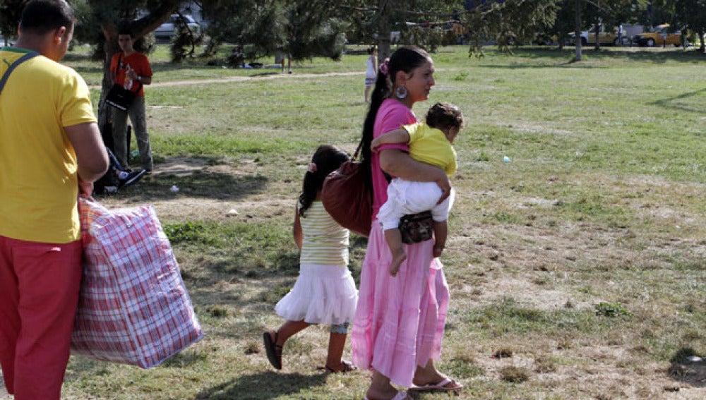 Inmigrantes rumanos de origen gitano en un campamento