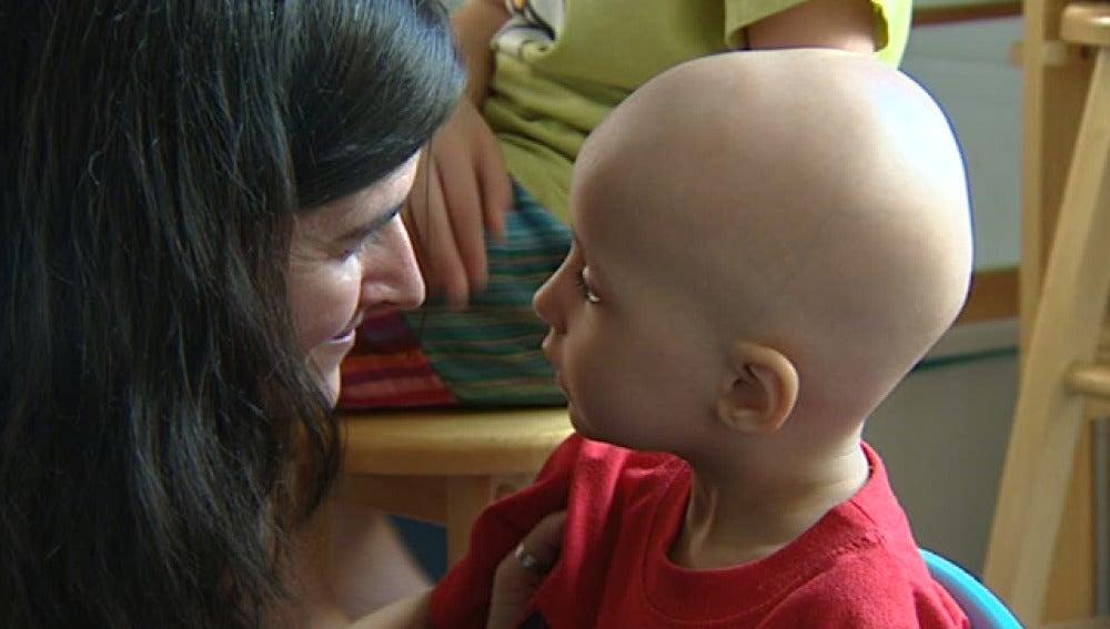Un niño con cáncer, junto a un familiar
