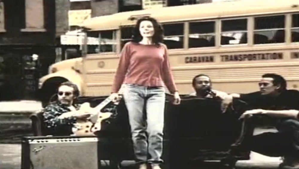 Eddie Brickell en el videoclip de Good Times