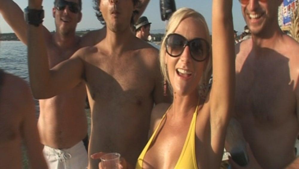 Jóvenes celebrando una fiesta en la playa