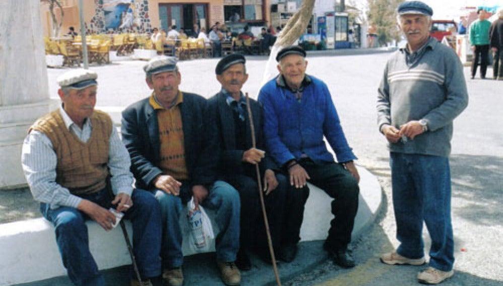 Un grupo de ancianos Griegos en la plaza del pueblo
