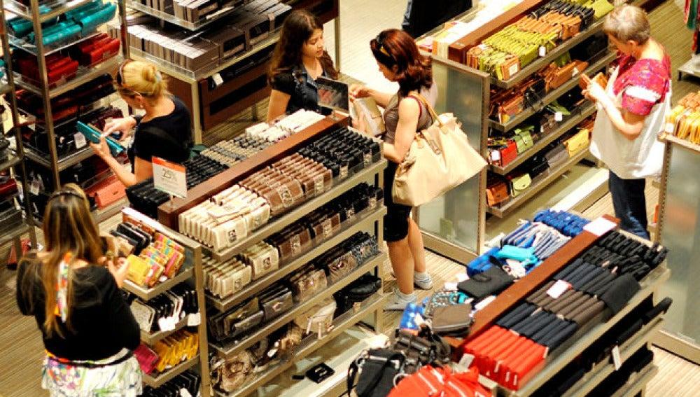 Mujeres comprando en un centro comercial