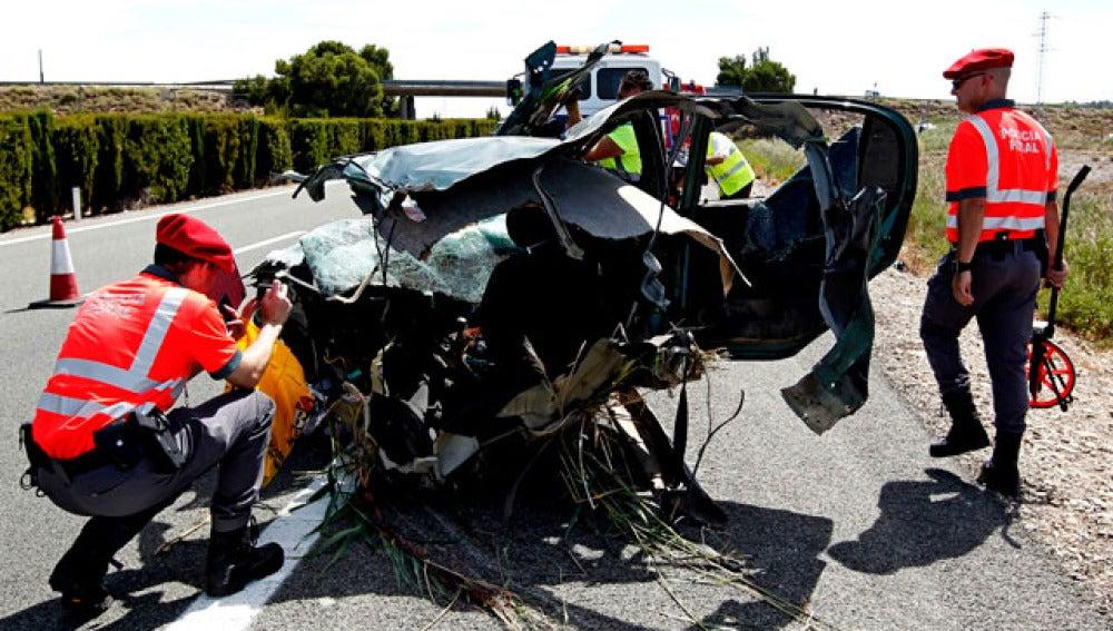 Efectivos de la Policia Foral de Navarra realizan el atestado tras un accidente