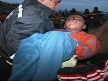 Niño rescatado de un autobús en Ecuador