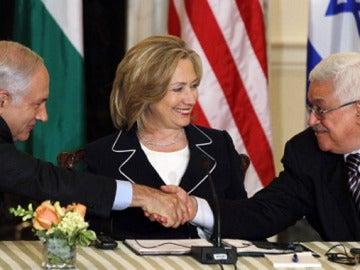 Netanyahu y Abbas, con Hillary Clinton