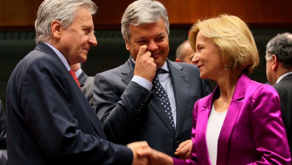El presidente del Banco Central Europeo (BCE), Jean-Claude Trichet y Elena Salgado, junto al ministro de Finanzas belga