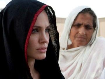 Angelina Jolie visita un campo de refugiados
