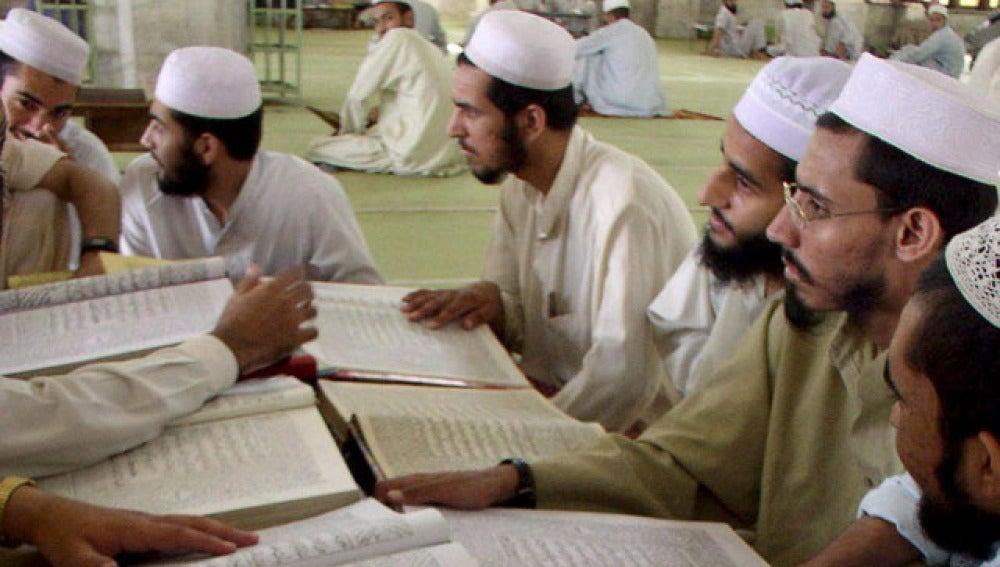 Un grupo de estudiantes leyendo el Corán